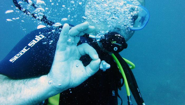Le plongeur fait un signe, ok, pour dire que tout va bien