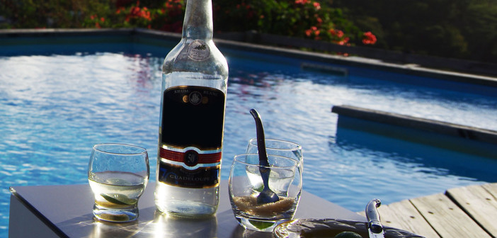 bouteille-rhum-guadeloupe-piscine